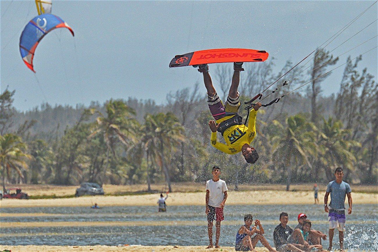 Carlos bebe mario kitesurf
